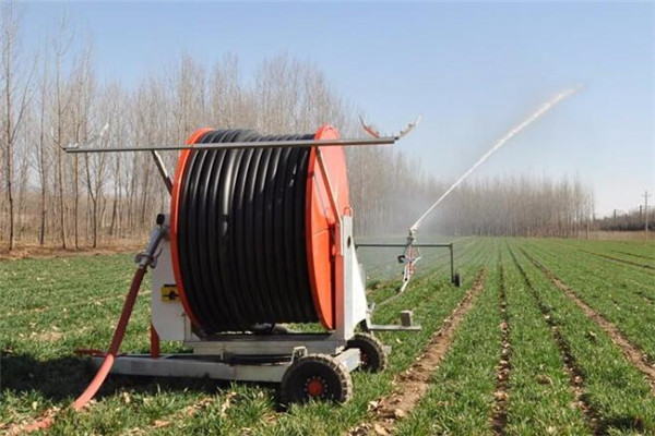 现代农用喷灌机的优势越发显著